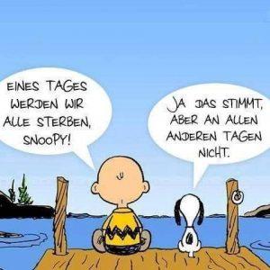 Snoopy und Charlie Brown sitzen auf einem Steg